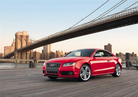 Audi S5 auf der Brooklyn Bridge, New York City