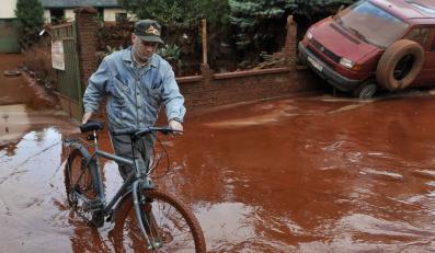 Ratują miasta zalane przez czerwony szlam