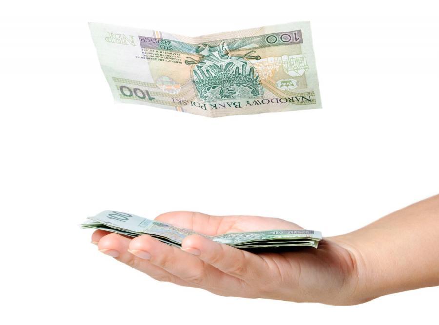 Banknoty stuzłotowe na dłoni