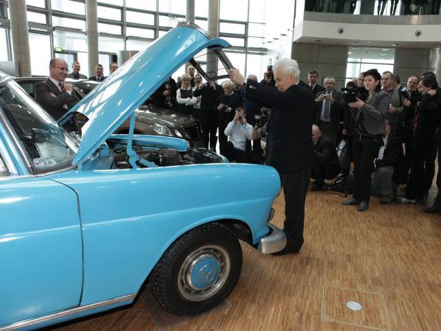 """Mercedes pana Aleksandra Ratajczaka skończy w 2011 roku 45 lat. To właśnie egzemplarz modelu W110 w wersji 200D, czyli """"skrzydlak"""", jeden z poprzedników obecnej Klasy E"""