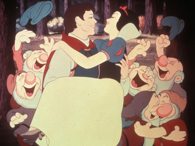 Królewna Śnieżka wolała księcia od siedmiu krasnoludków. Cóż, kwestia gustu