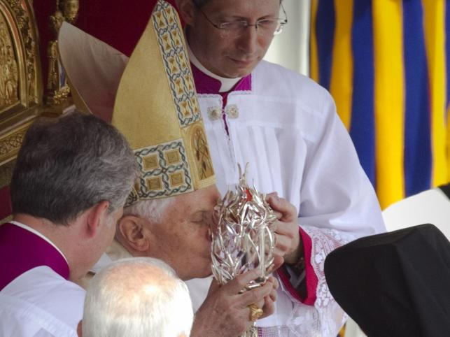 Papież całuje relikwiarz z krwią Jana Pawła II