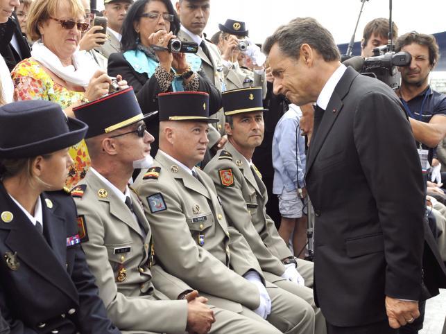 Prezydent Sarkozy rozmawia z rannym żołnierzem