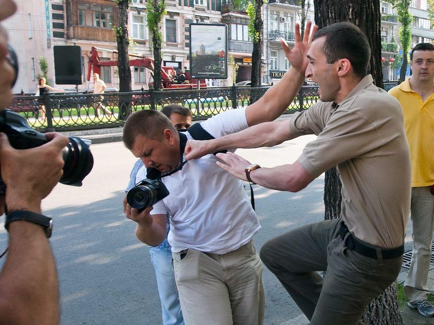 FEMEN w obronie gruzińskich fotografów. Przepychanki i kopniaki