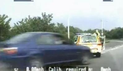 Potrącony przez auto policjant podniósł się i ścigał złodzieja