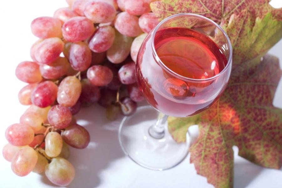 Lekkie różowe wino podbija serca kobiet