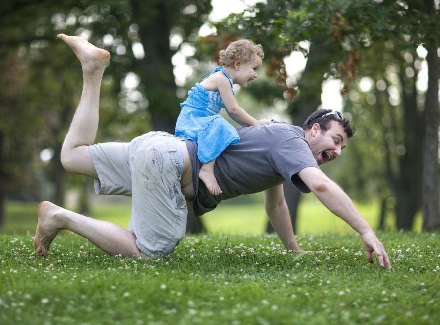 Od początku staraj się wszelkimi sposobami nawiązać odpowiedni kontakt z dzieckiem. Nie wstydź się go i jak najszybciej dorośnij do roli ojca