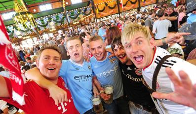 Kibice drużyn Manchester City i Bayern Monachium bawią się wspólnie na Oktoberfest