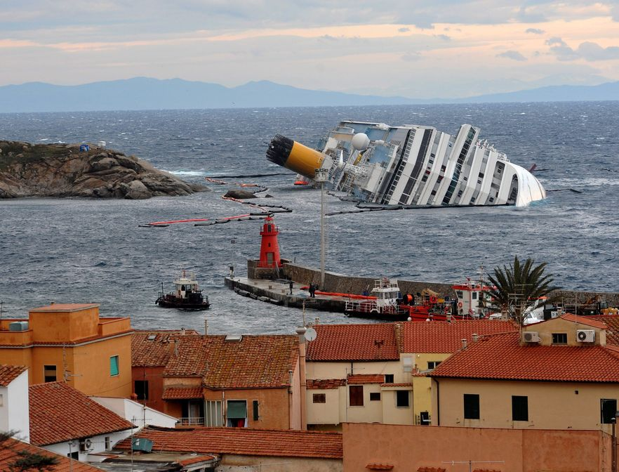 Costa Concordia uderzyła o skały 13 stycznia u wybrzeży wyspy Giglio