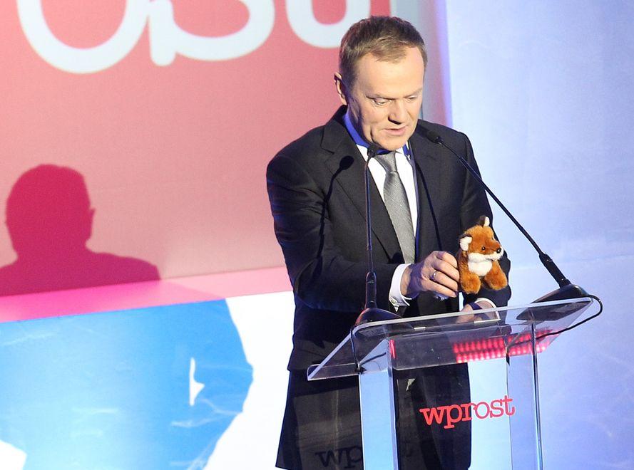 Donald Tusk z rudym lisem na gali Człowiek Roku \