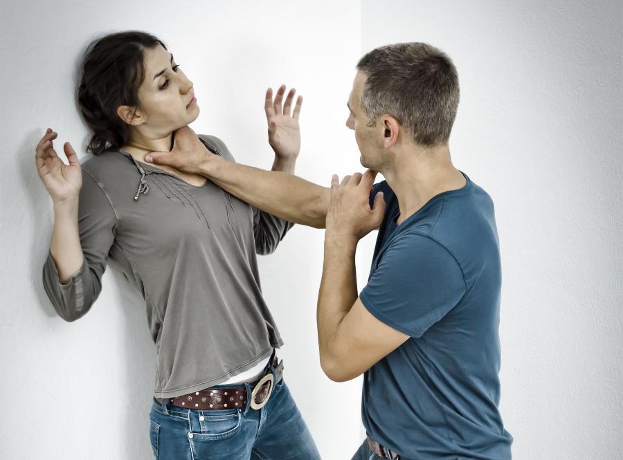 Biją kobiety, biją mężczyźni. Szokujący raport ministerstwa