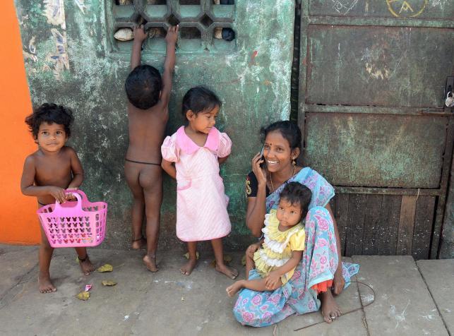 Hindusi żyją w nędzy, bez toalet, ale telefony komórkowe mają
