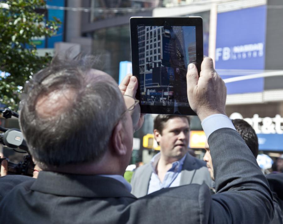 Mężczyzna z iPadem w ręku, zdjęcie ilustracyjne