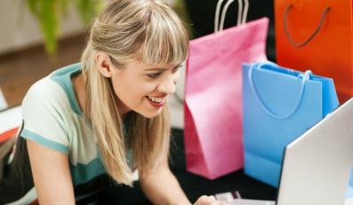 Kobieta kupująca ubrania w internecie