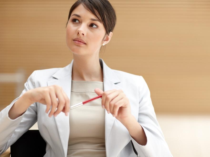 Kobieta nerwowo pocierająca długopis