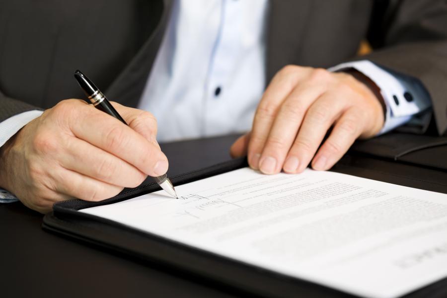 Podpisywanie dokumentu - zdjęcie ilustracyjne