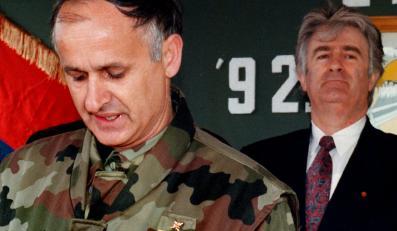 Przywódca bośniackich Serbów Radowan Karadzić i Radoslav Krstić (w mundurze)