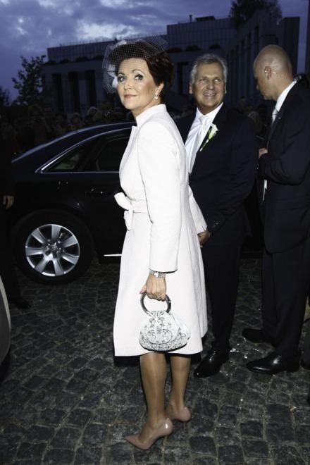 Modowa gafa? Jolanta Kwaśniewska przyćmiła ślubną stylizację Oli