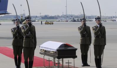 Trumna ze zwłokami prezydenta Lecha Kaczyńskiego