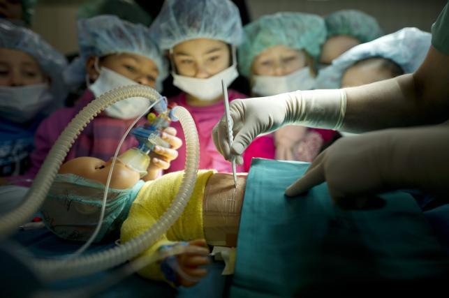 Dzieci operowały lalkę