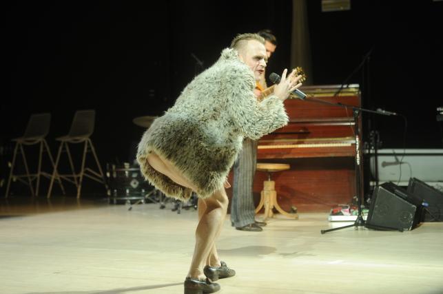 Piotr Rogucki na scenie Teatru Rozmaitości