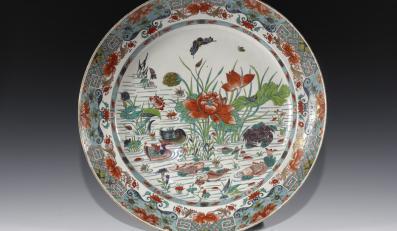 Półmisek zdobiony kompozycja przedstawiającą kwitnące na wodzie lotosy oraz kaczki, ryby, kraba i owady epoka Qing, XVIII w.