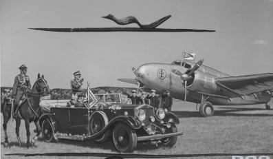 Przekazanie wojsku sprzętu wojskowego, ufundowanego przez społeczeństwo Pomorza. W samochodzie stoi marszałek Edward Śmigły-Rydz. Na prawo samolot na którym mjr Makowski odbył lot z Ameryki do Polski.
