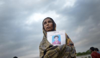 Rodziny przynoszą zdjęcia swoich bliskich - pracowników, który w momencie katastrofy byli w budynku