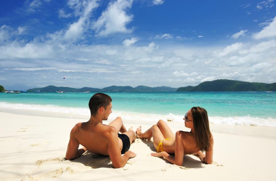 Para na plaży - zdjęcie ilustracyjne