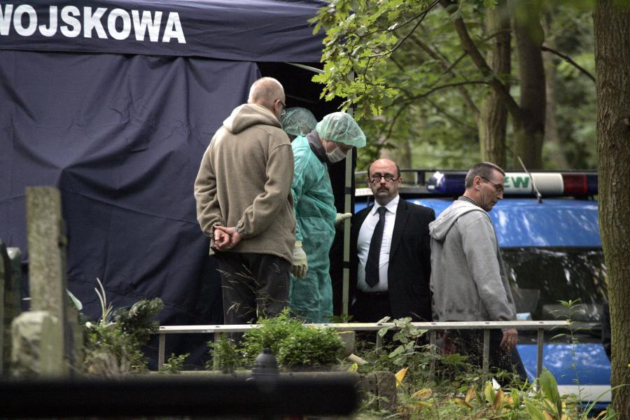 Mec. Stefan Hambura na miejscu ekshumacji zwłok Anny Walentynowicz