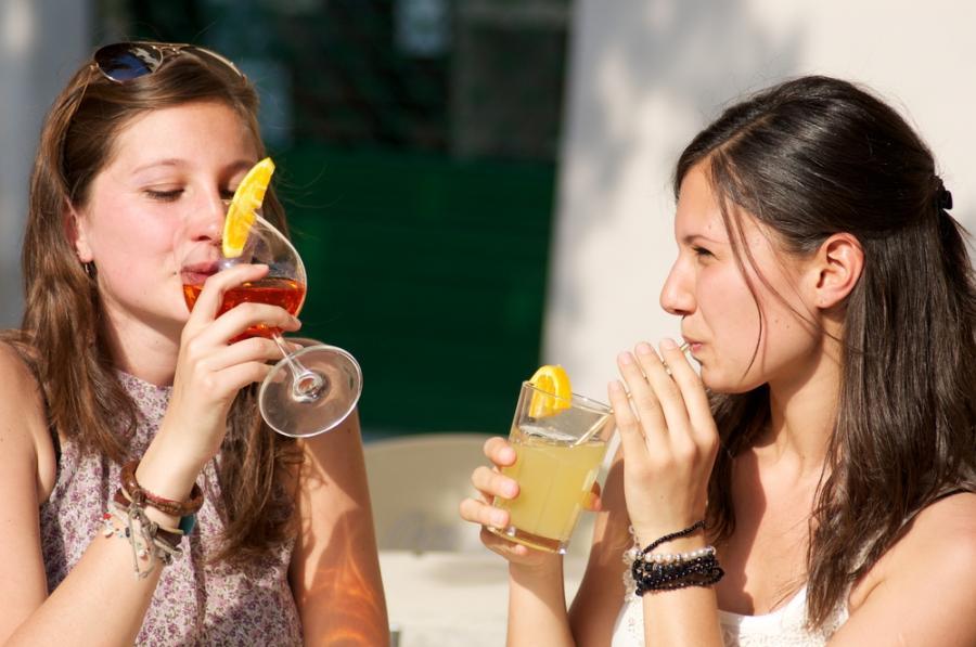 Kobiety pijące zimne drinki