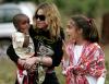Madonna z córką Lourdes i adoptowanym synem Davidem w Malawii –2007 rok