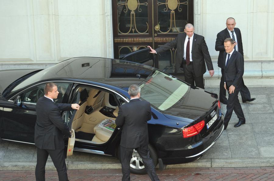 Donald Tusk wsiada do rządowej limuzyny