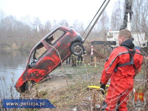 Śmiertelnie potrącił rowerzystę, a samochód utopił w stawie
