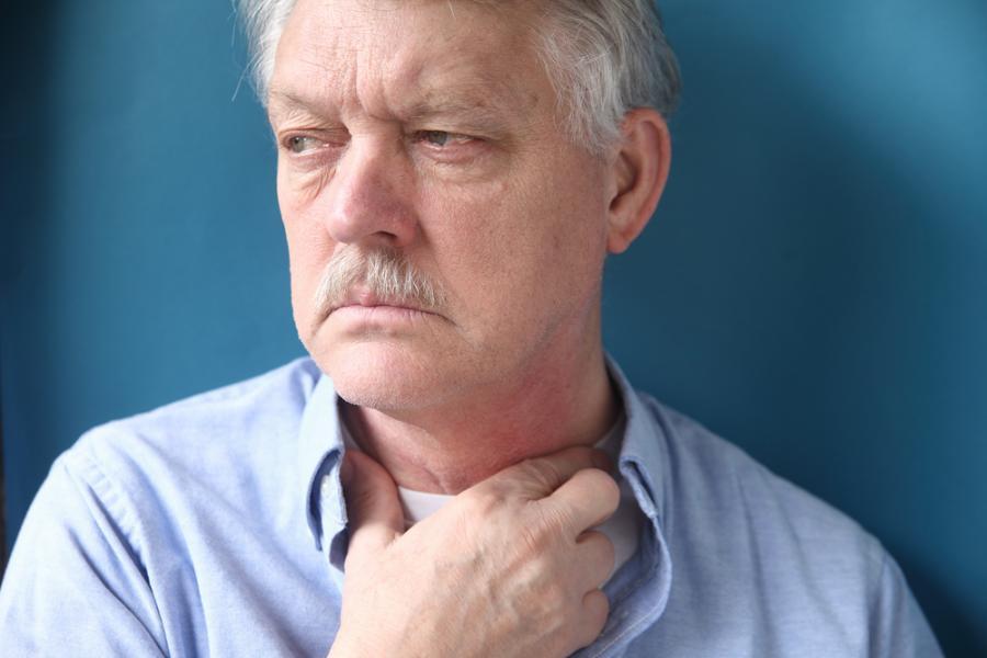 mężczyzna ból gardła gardło nowotwór rak krtani