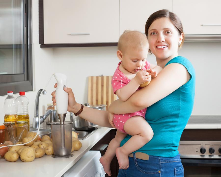 Matka z dzieckiem w kuchni