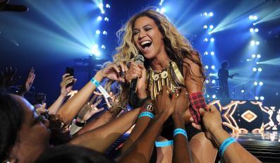 "Beyoncé podczas koncertu w ramach trasy ""Mrs. Carter Show World Tour 2013"" – Las Vegas, 29 czerwca 2013"