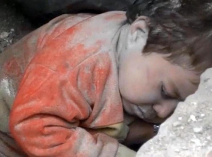 Dziewczynka zasypana pod gruzami w Aleppo