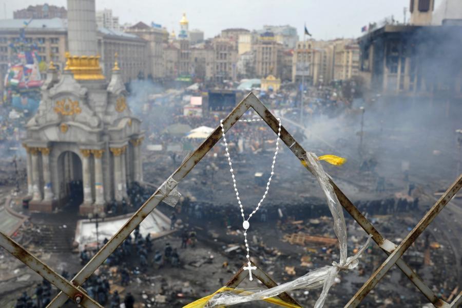 Różaniec na tle Majdanu w Kijowie