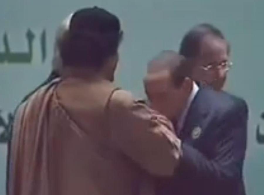 Tak Berlusconi całuje w rękę... Kadafiego