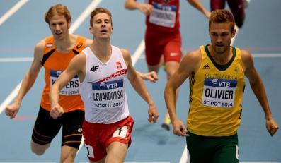 Andre Olivier (P) z RPA wygrywa bieg pierwszej rundy rywalizacji zawodnikow na 800 m przed Marcinem Lewandowskim (C) podczas lekkoatletycznych halowych mistrzostw świata w sopockiej w Ergo Arenie, 7 bm. Z lewej - Holender Thijmen Kupers