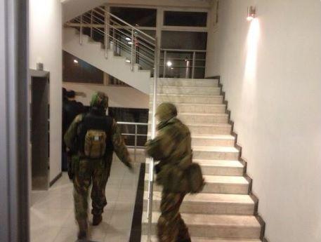 Uzbrojeni mężczyźni w hotelu Moskwa