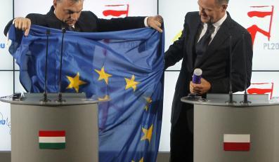 Viktor Orban i Donald Tusk z flagą Unii Europejskiej