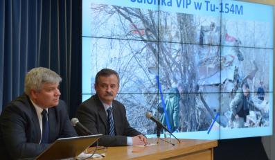 Szef zespołu, przewodniczący Państwowej Komisji Badania Wypadków Lotniczych Maciej Lasek (L) oraz członek PKBWL Edward Łojek