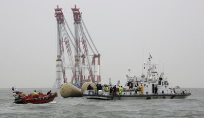 Koreańkie służby ratunkowe na miejscu katastrofy promu