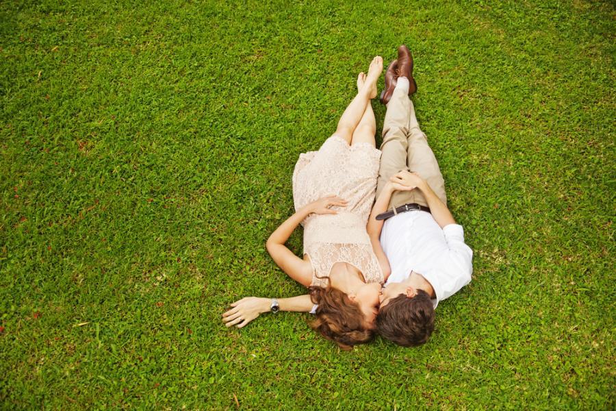 Zakochani leżący na trawie