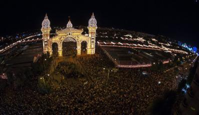 Sygnałem do rozpoczęcia imprezy było włączenie 24 tysięcy żarówek, które zdobią wieże stojące obok bramy wejściowej na teren jarmarku