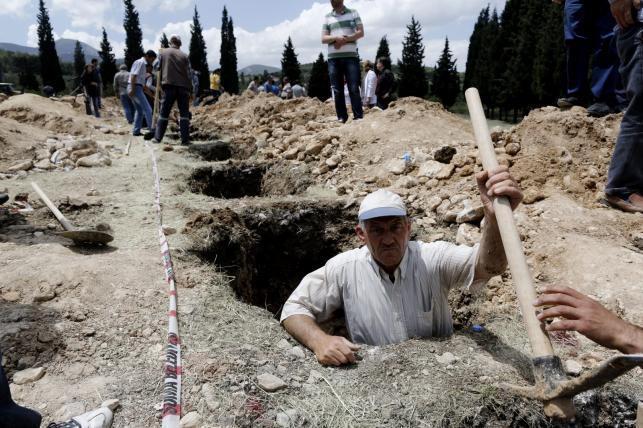 Setki wykopanych grobów dla ofiar katastrofy w kopalni