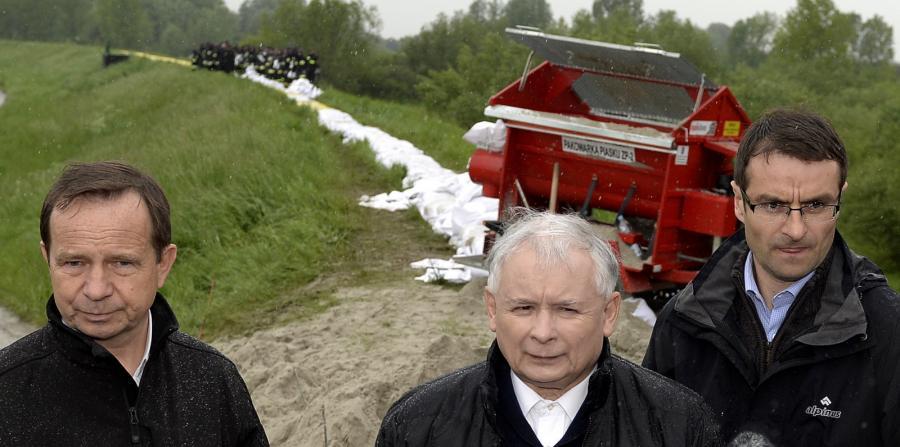 Prezes PiS Jarosław Kaczyński na wałach przeciwpowodziowych