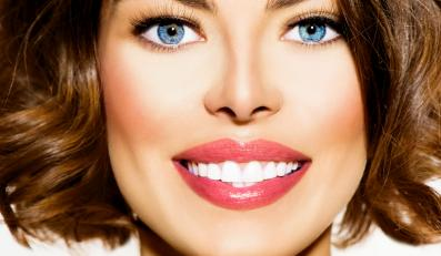 Kobieta z białymi zębami